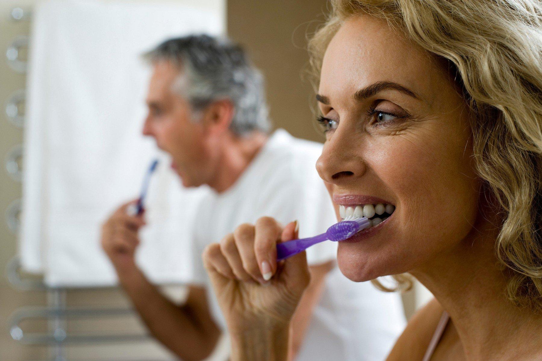Péče o zubní náhradu je stejně důležitá jako péče o vlastní zuby (ilustrační foto)