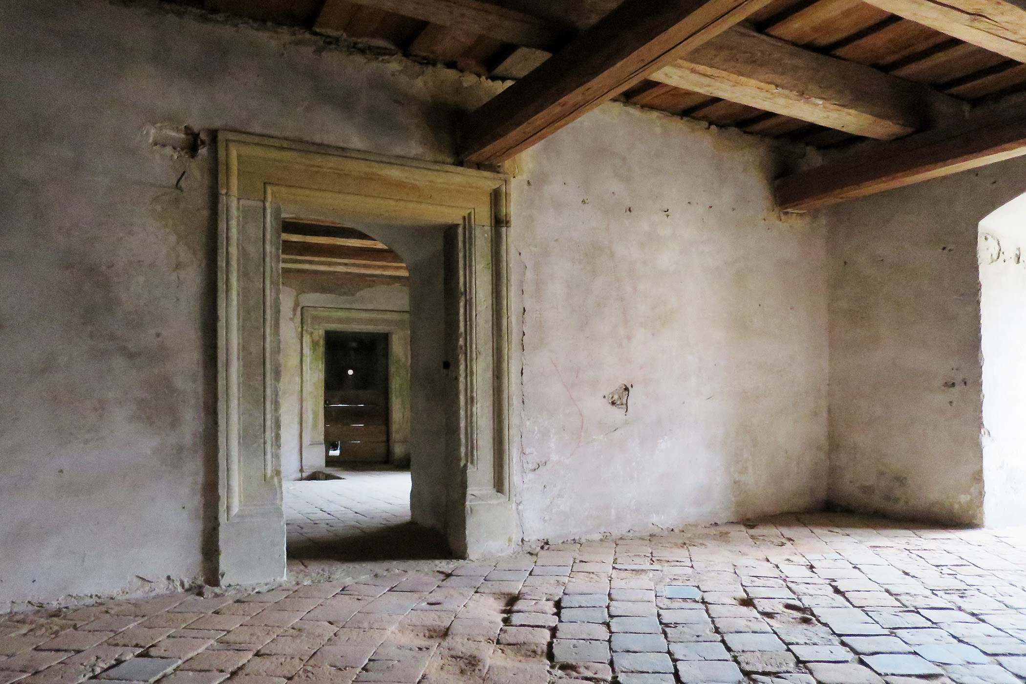 S bohatě vyzdobenými komnatami renesančního zámku kontrastují nejstarší místnosti z období pozdní gotiky