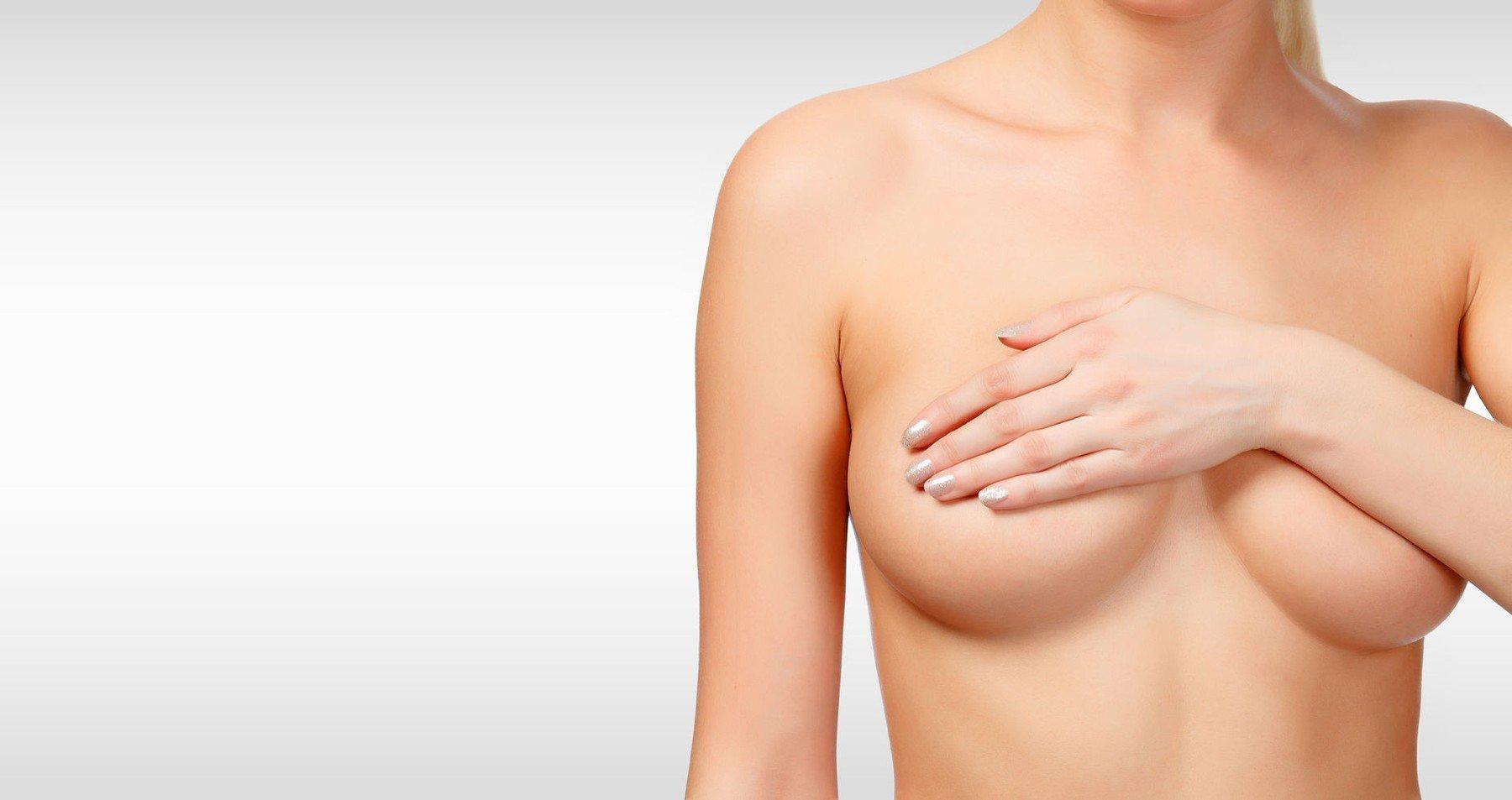 K plastické operaci prsou můžou vést estetické i zdravotní důvody