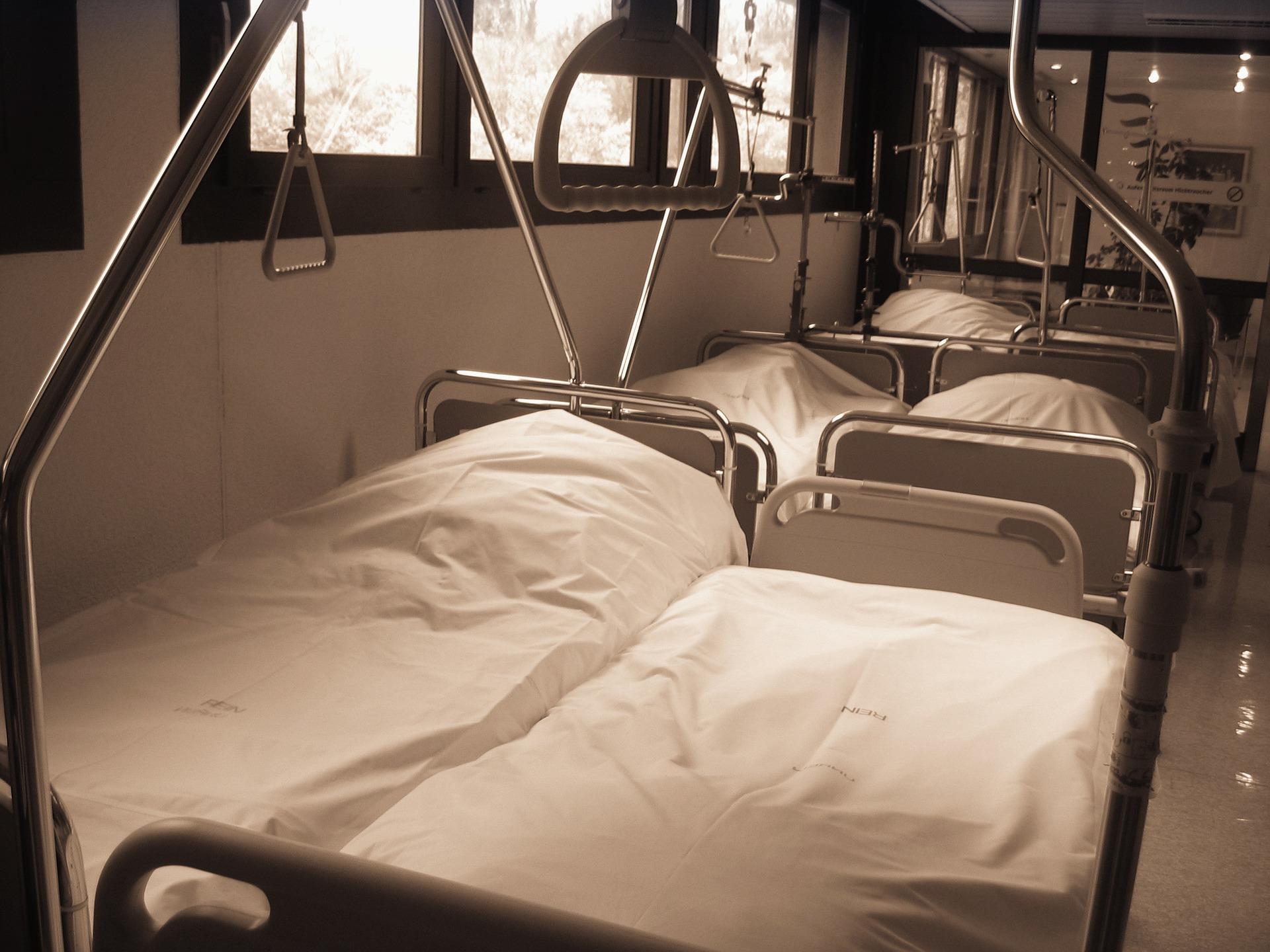 Nemocnice, nemocniční lůžko, postel