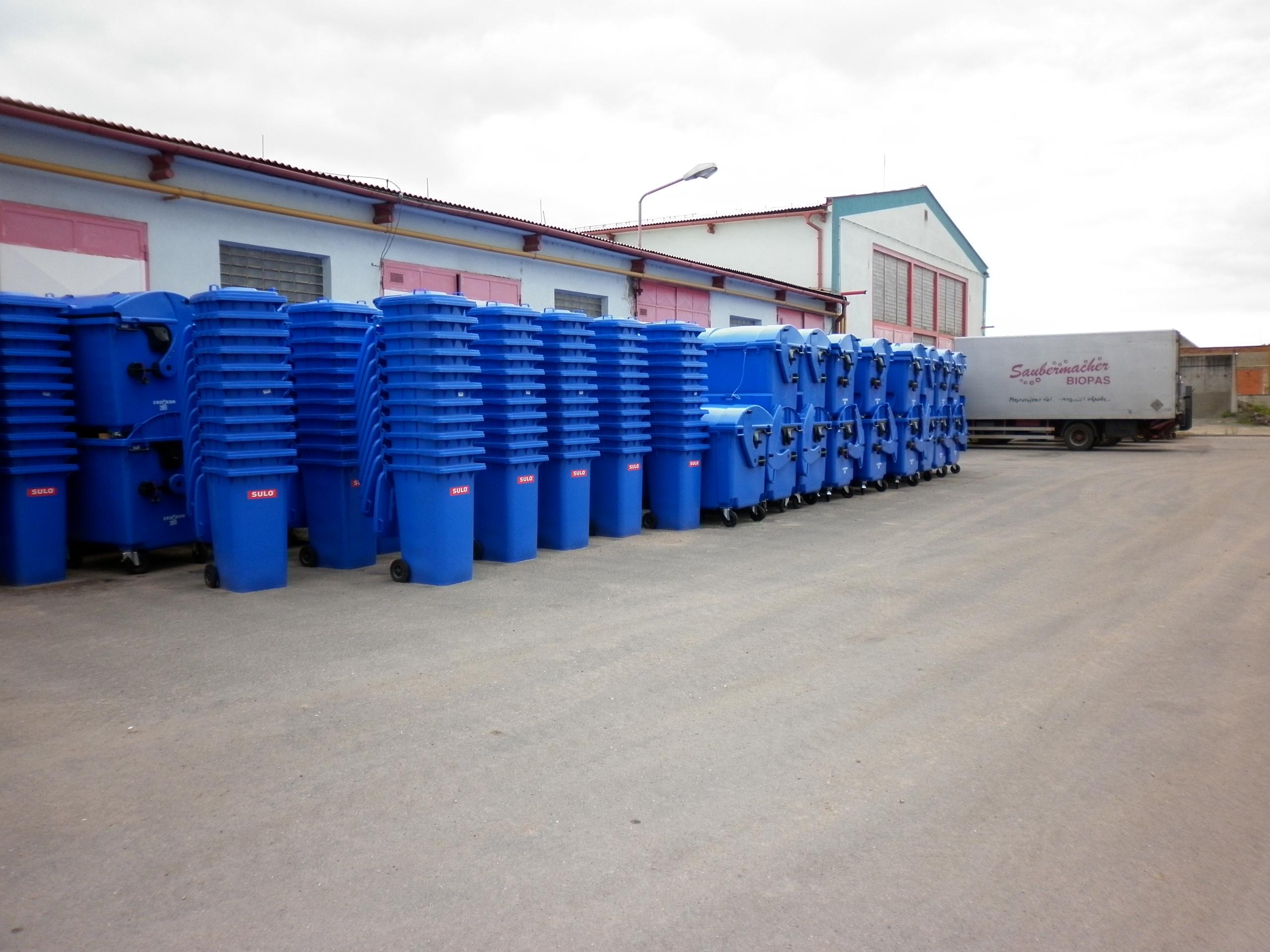 Na 260 modrých kontejnerů a nádob na papír už čeká na dvoře Technických služeb na výměnu