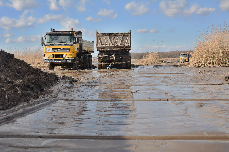 Odbahnění rybníka v Lázních Bohdaneč - nákladní auta odváží bahno