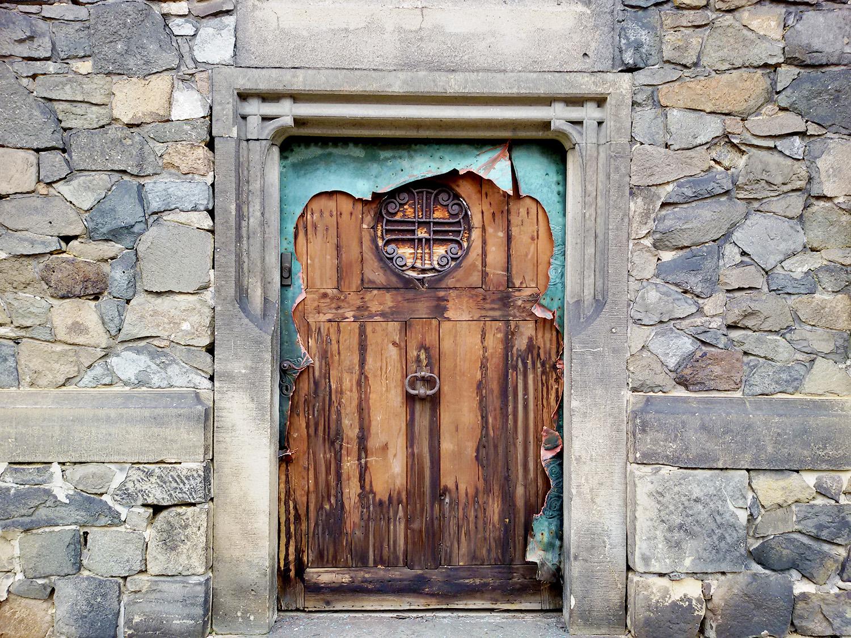 Zničené dveře na Kamenné vile v Pardubicích