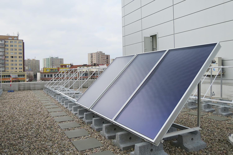 Solární panely na pardubickém aquacentru