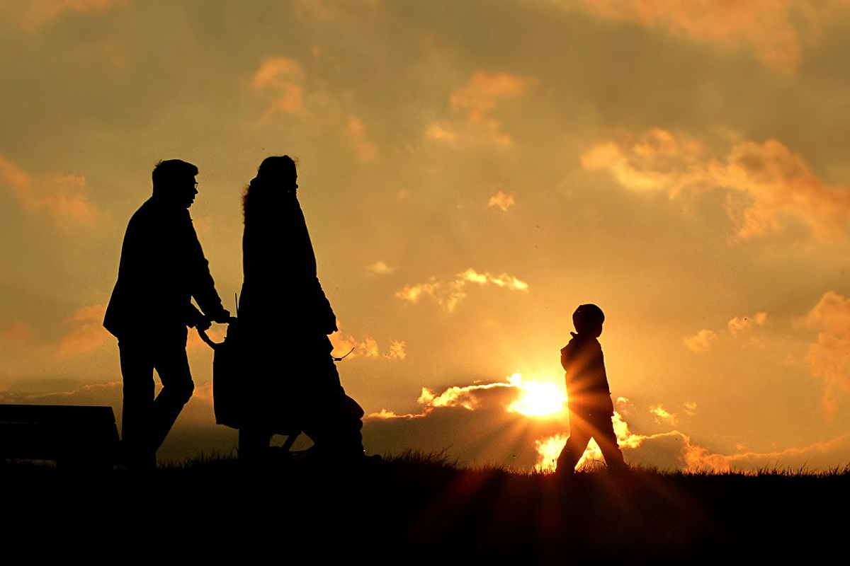 rodina, procházka, západ slunce