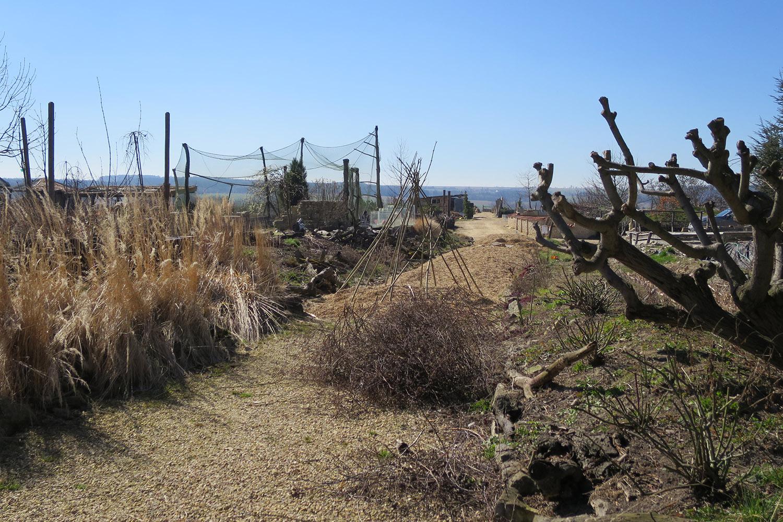 Zahrada Harta přiléhá těsně k silnici I 35, opačným směrem ale vede hluboko do polí