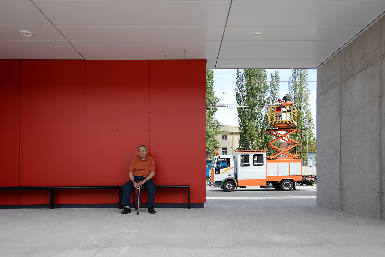 Během otevření ještě pracovníci dopravního podniku dokončovali poslední úpravy na trakčním vedení