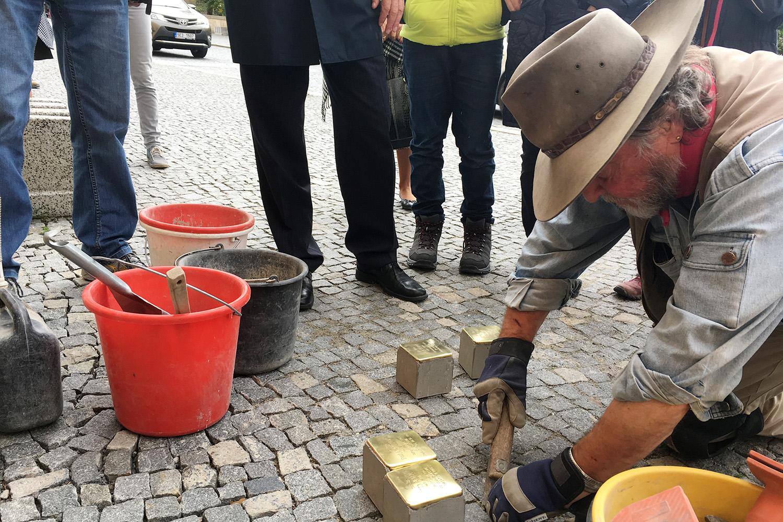 Německý umělec Gunter Demnig zasazuje do dlažby v Chrudimi kameny zmizelých