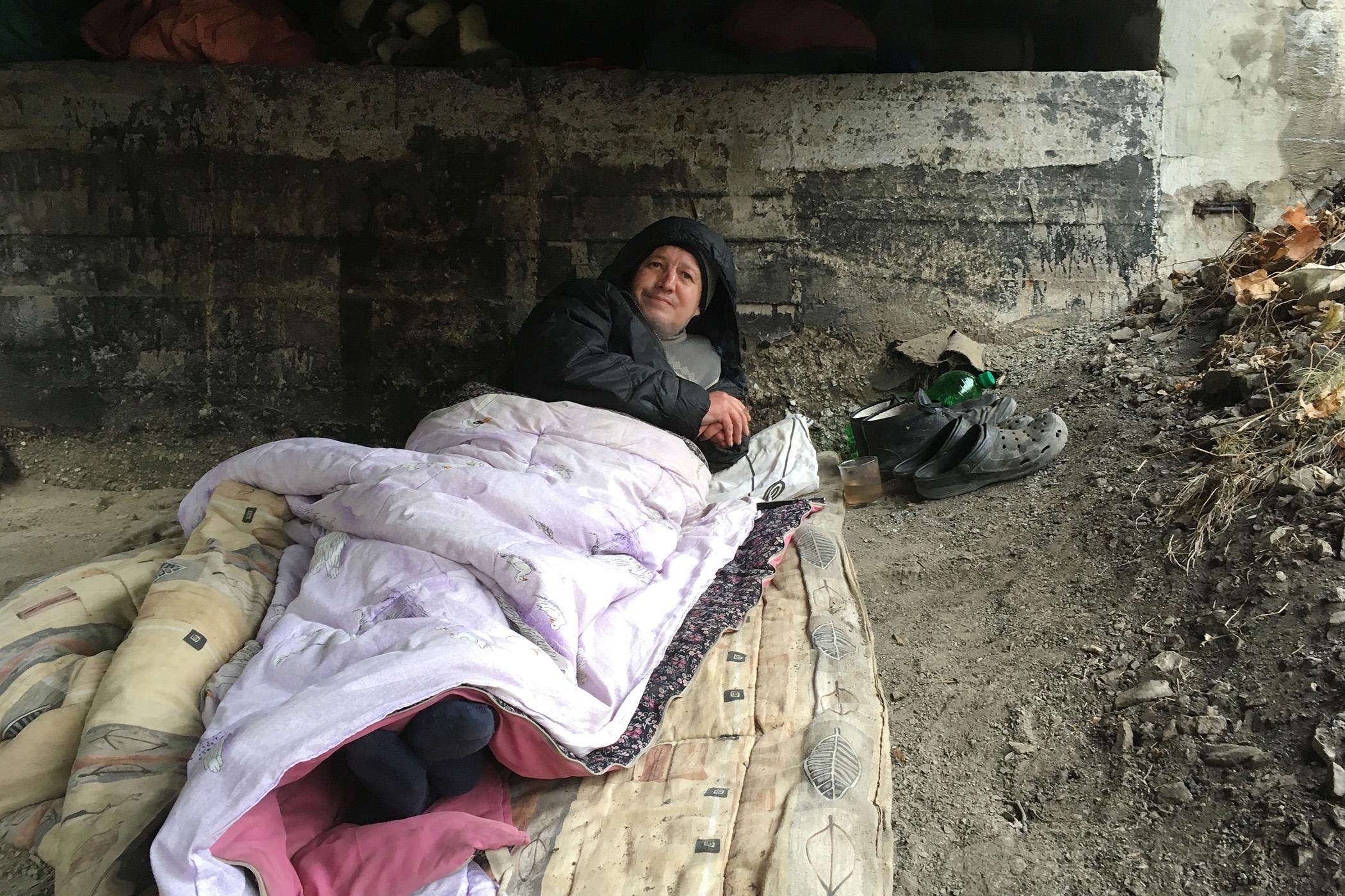 Dvojice bezdomovců obývá okolí železničního mostu přes Chrudimku