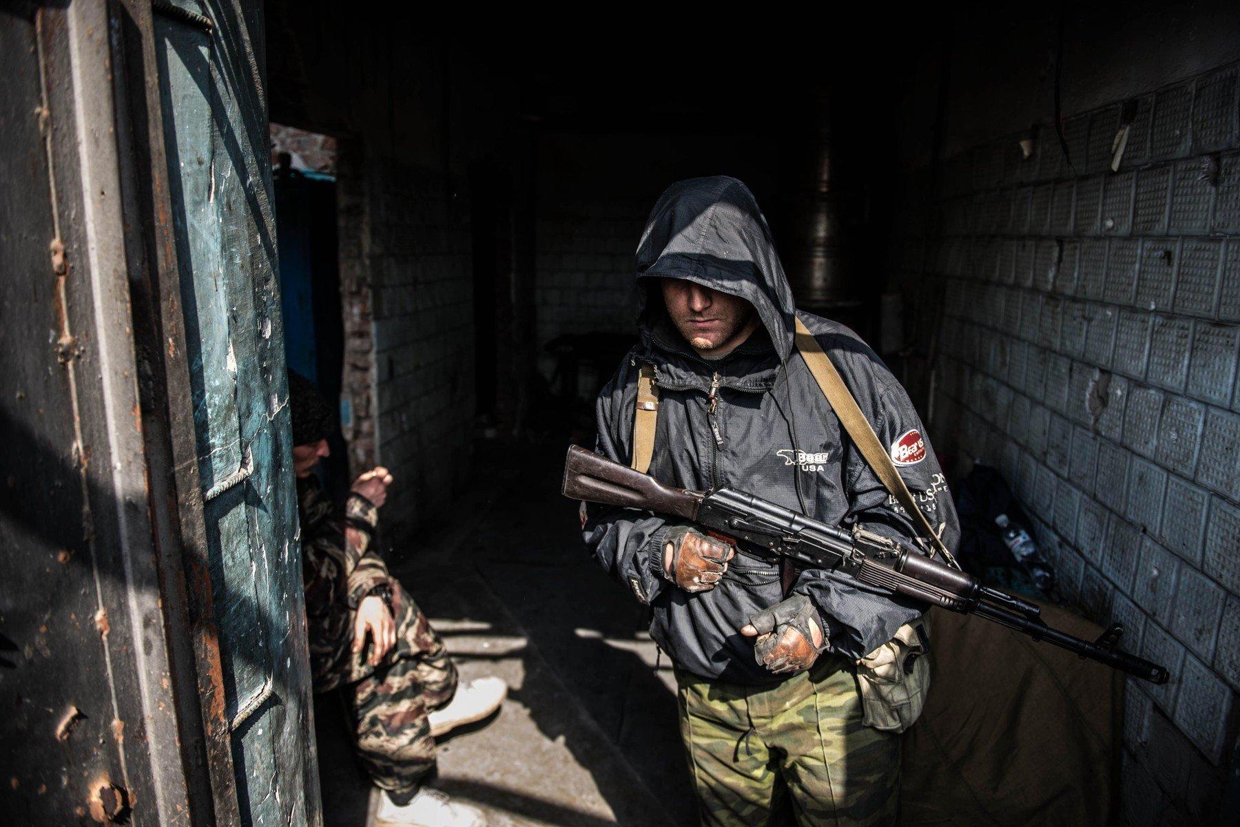 Ozbrojený separatista v ruinách doněckého letiště (Ukrajina, 2015)