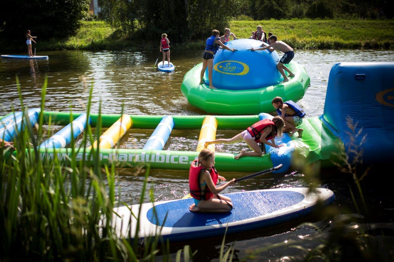 Děti si mohou vyzkoušet i paddle boardy