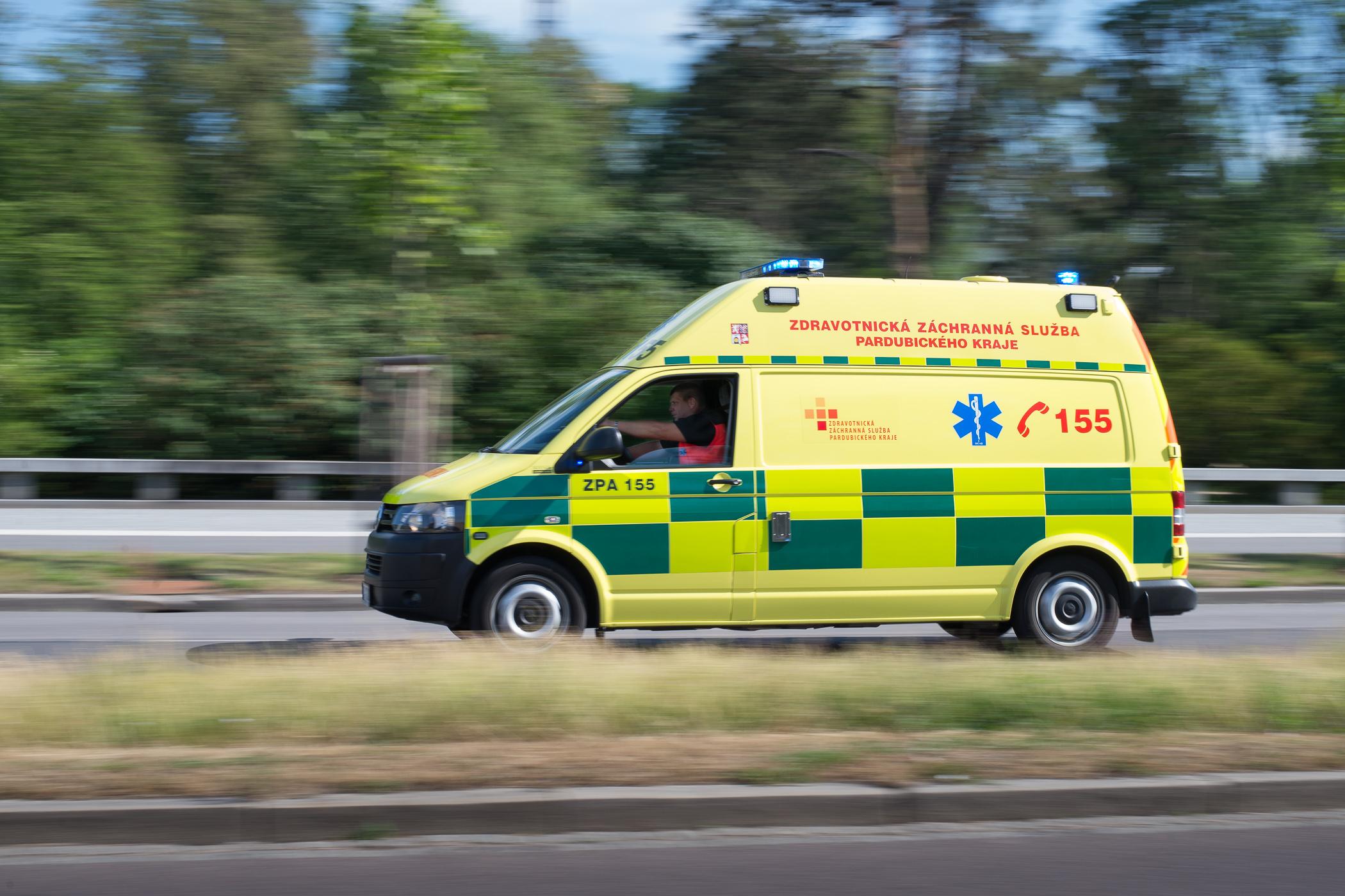 Posádka sanitky spěchá za pacientem