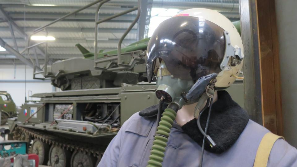 Figurína armádního pilota v zimní uniformě, vzor 82 a přilbou typu ZŠ 5 s dýchačem