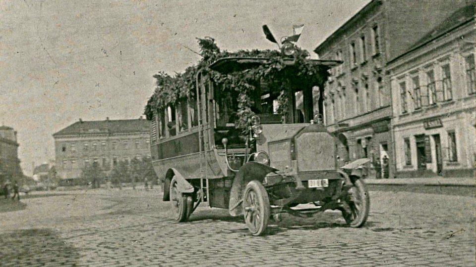 Autobus Laurin & Klement v centru Pardubic při slavnostním zahájení první státní autobusové linky 13. 5. 1908