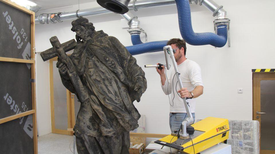 Čištění sochy sv. Jana Nepomuckého z pražského Pohořelce pomocí laseru