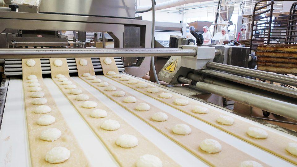 Výroba tvarohových šátečků v pekárně Hrušová