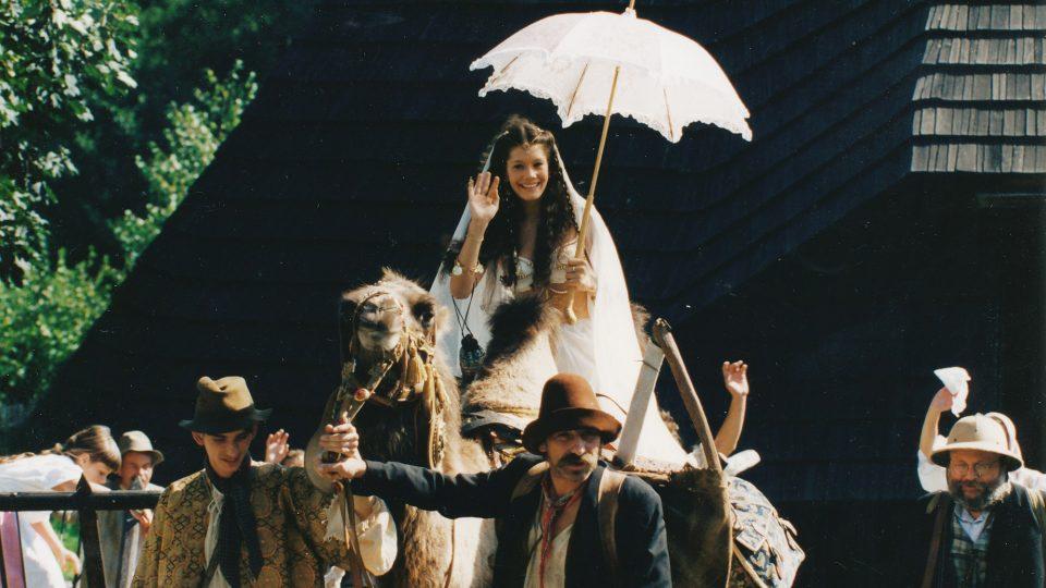 Záběr z natáčení filmu Lotrando a Zubejda před polygonální stodolou na Veselém Kopci v roce 1996