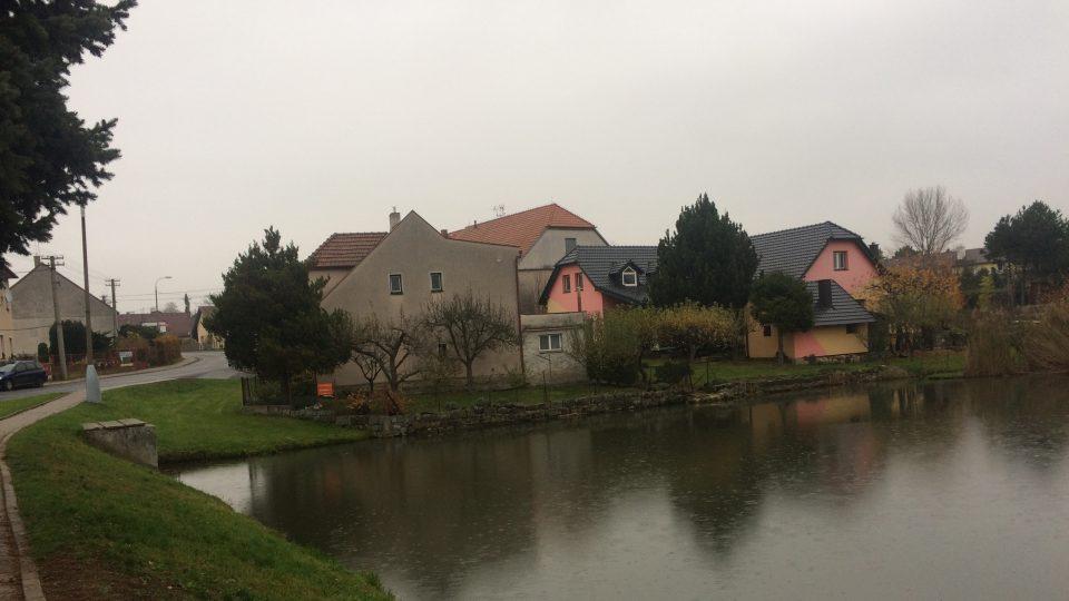 U rybníka v Mikulovicích stával ve středověku poplužní dvůr