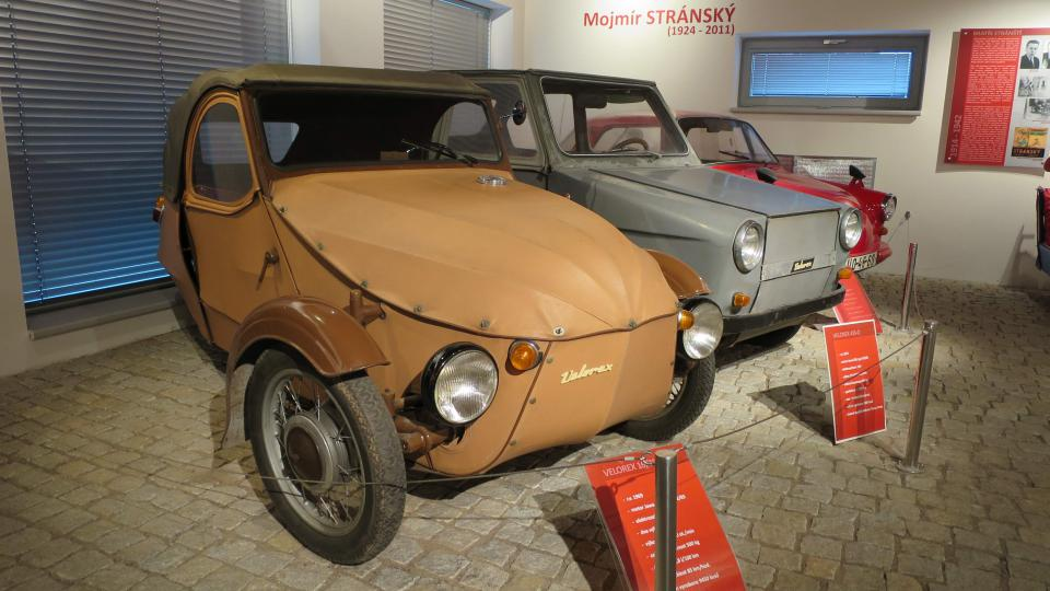 V popředí nejpopulárnější typ Velorexu s motorem Jawa 350, rok výroby 1969. Maximální rychlost 85 km v hodině