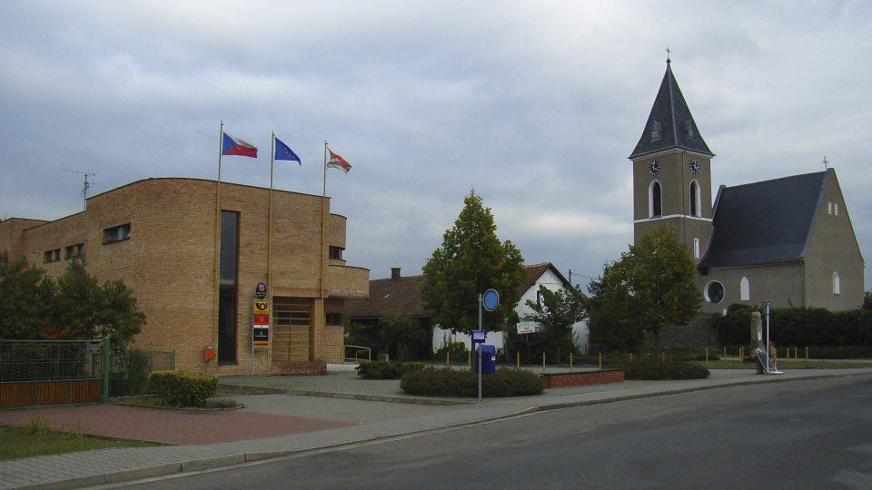 Střed obce Dříteč s obecním domem a kostelem sv. Petra a Pavla z roku 1336