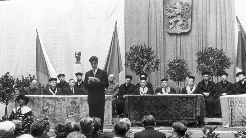 První promoce na VŠCHT v roce 1954 na pardubickém zámku
