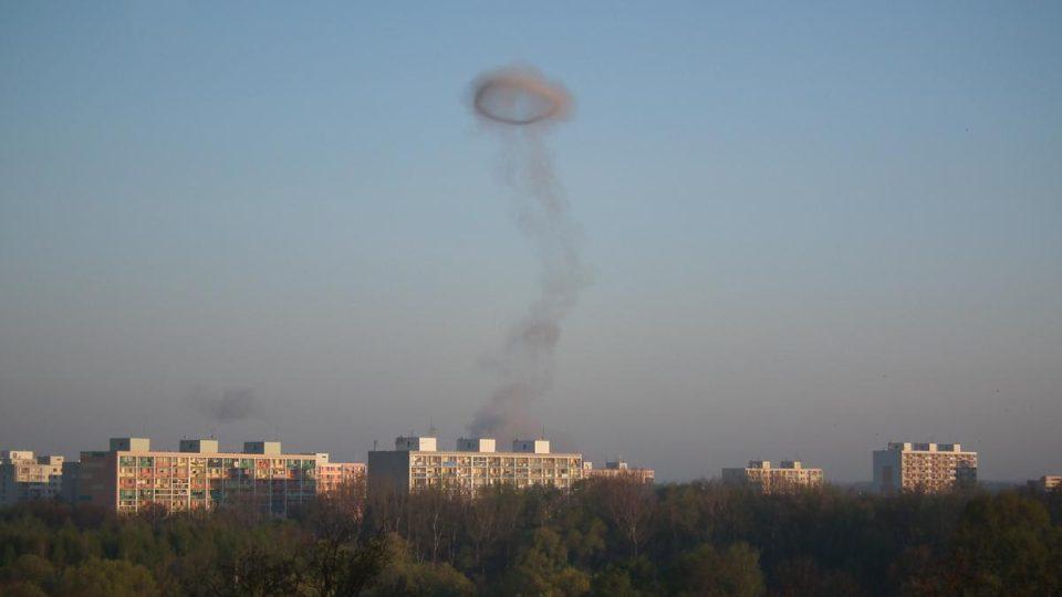 Prstenec dýmu byl vidět z velké dálky