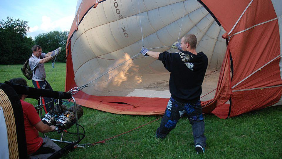 Nafouknutí horkovzdušného balónu je týmová práce