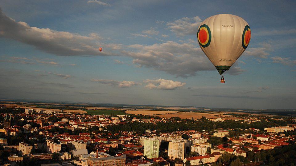 Balóny letí nad Chrudimí