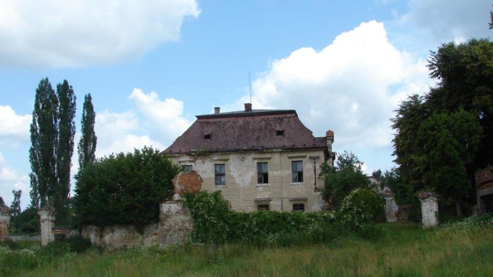 Zámek Moravany - pohled na zámek z hospodářského dvora