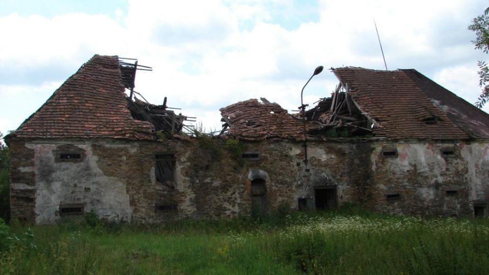 Zámek Moravany - propadlá střecha sýpky