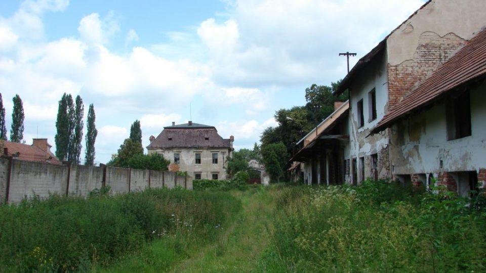 Zámek Moravany - hospodářský dvůr