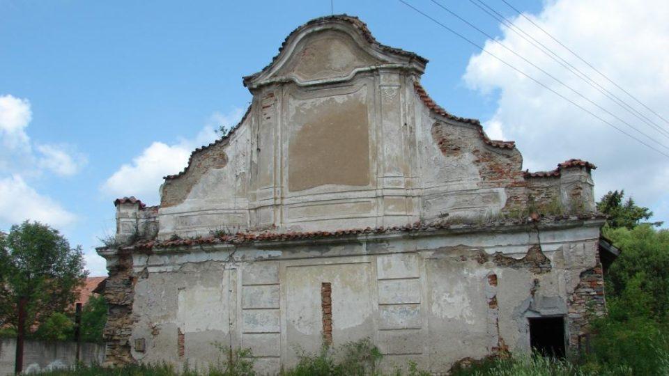 Zámek Moravany - průčelí jedné z hospodářských budov