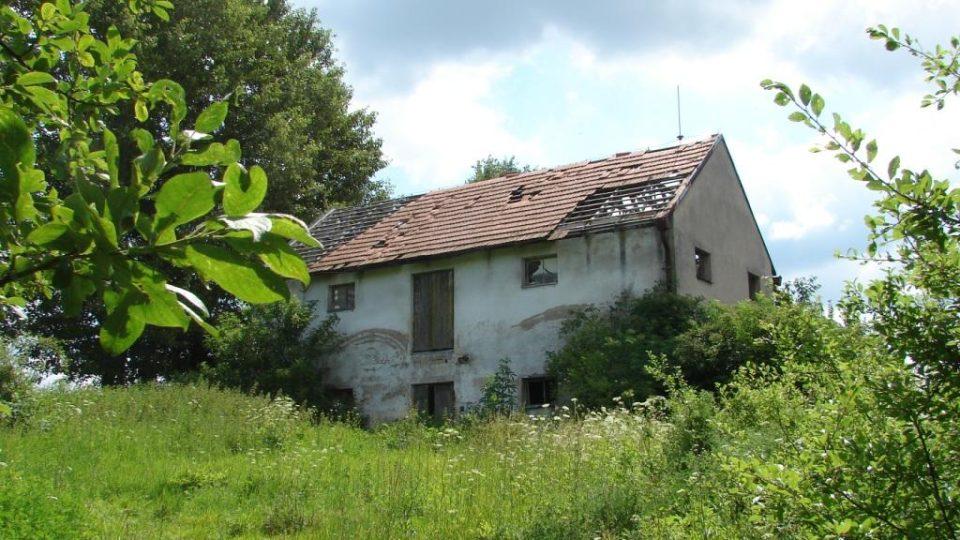 Zámek Moravany - rozpadající se budova ovčína