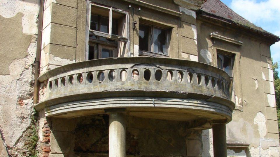 Zámek Moravany - detail novodobého vchodu