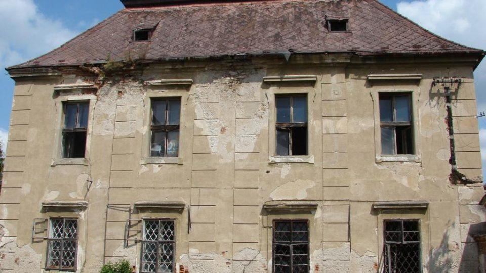 Zámek Moravany - pokračuje devastace střechy a omítek