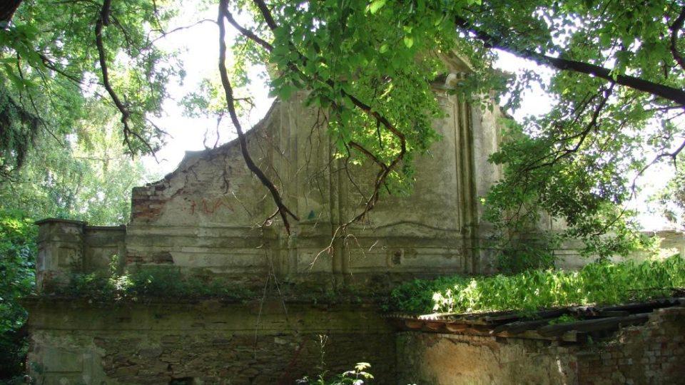 Zámek Moravany - část zámeckého dvora, barokní průčelí jedné z hospodýřských budov