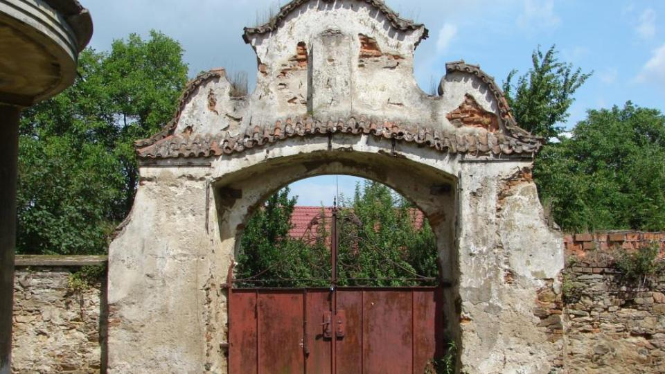 Zámek Moravany - vstupní brána zevnitř