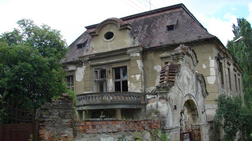 Zámek Moravany - pohled z ulice