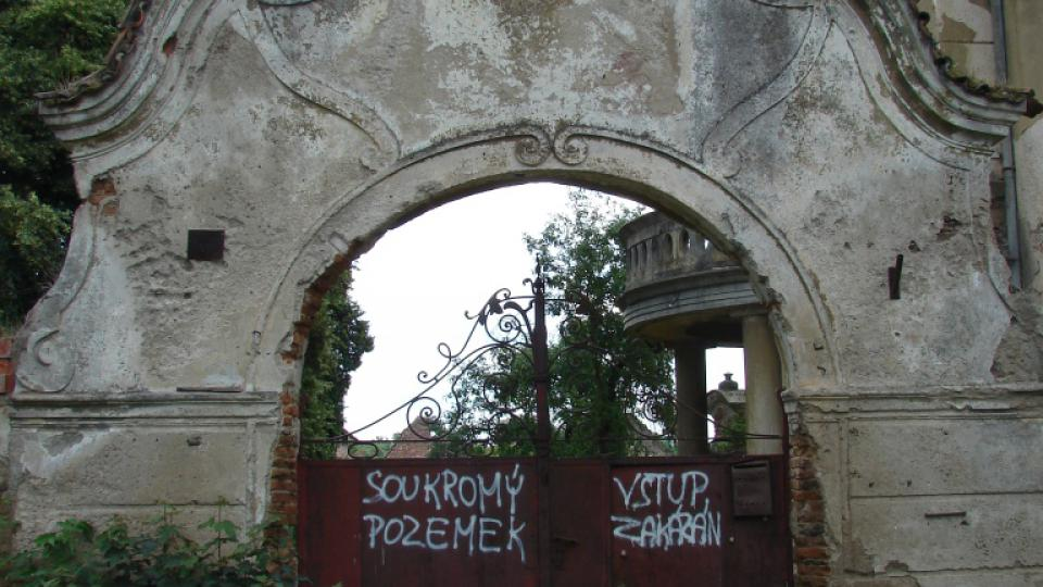 Zámek Moravany - vstupní brána