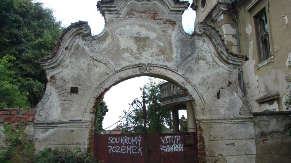 Zámek Moravany - vstupní brána s pozůstatky erbu rodu Caretto Millesimů