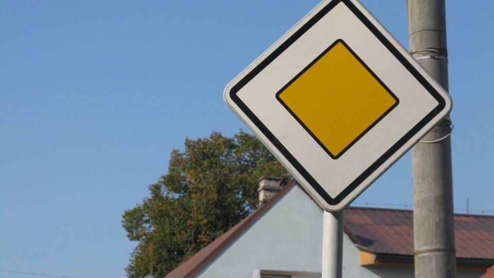 Značka hlavní silnice