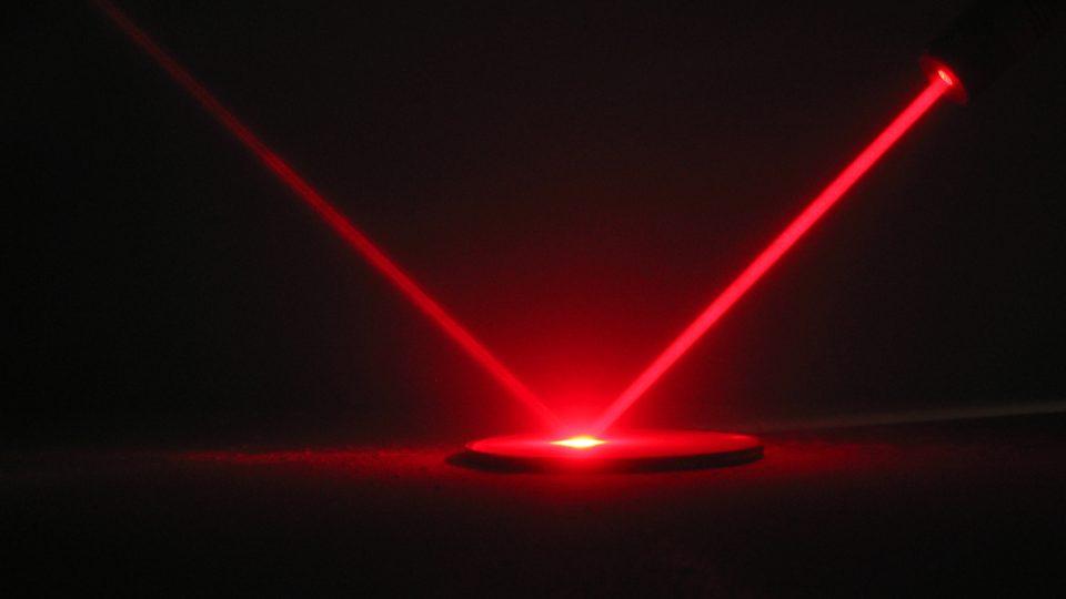 Laserový paprsek (ilustr. obr.)