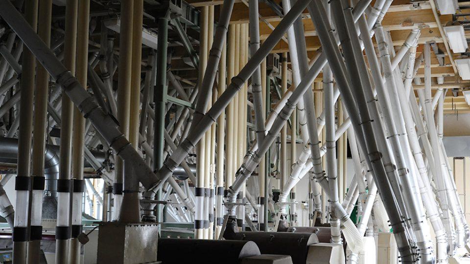Soustavou trubek je pneumaticky hnán meziprodukt dál, většinou se ale pohybuje samospádem