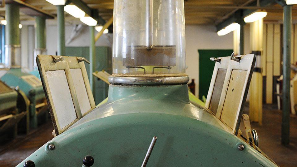 O další patro níže je samotné srdce mlýnů - místnost s mlecími stolicemi