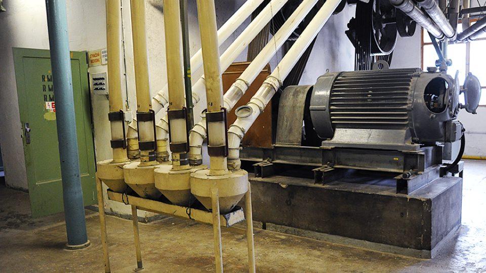 Pohon v automatických mlýnech obstarávají pouze dva obrovské motory