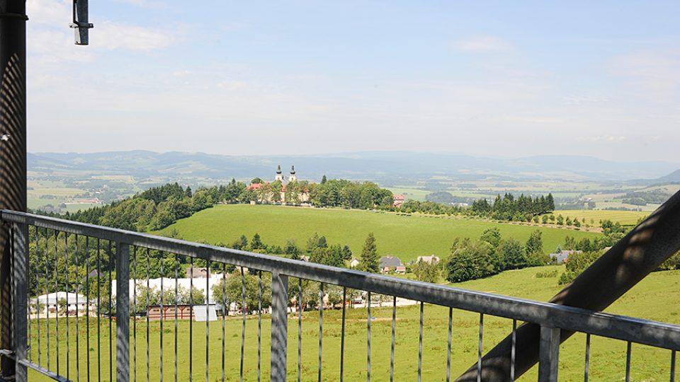 Z Valu je krásný výhled na klášter Hora Matky Boží