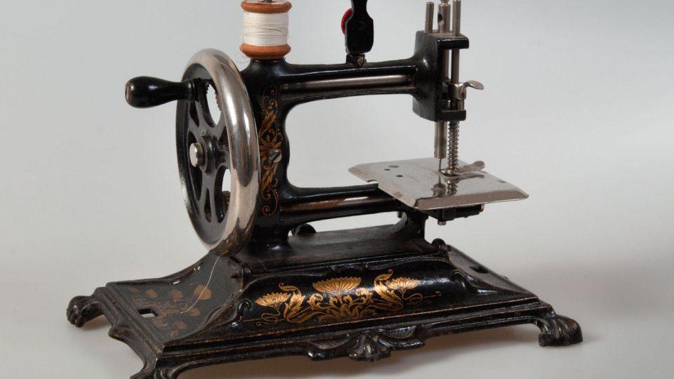 Šicí stroj jako historická hračka pro děti