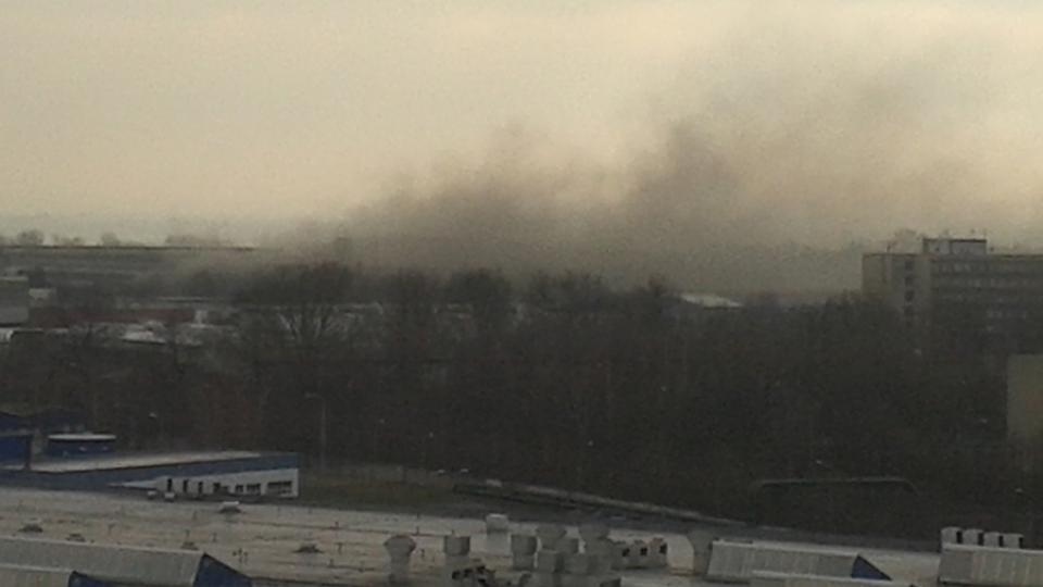 Požár haly byl vidět z okolních budov, zápach spáleného plastu byl zase cítit až v centru Pardubic