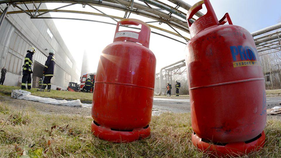 Hasiči zasahují u požáru haly v Černé za Bory