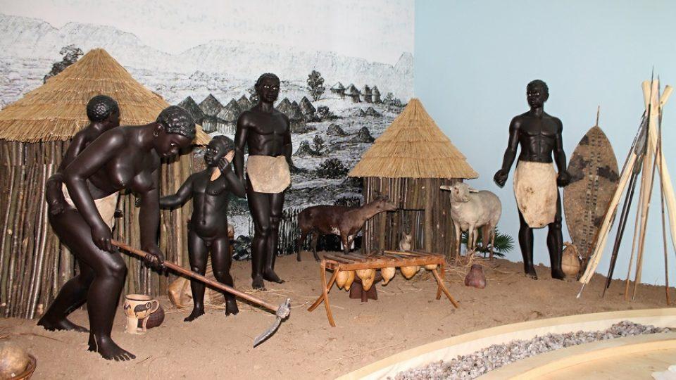 Černoši v domorodé vesnici skutečně vycpaní nejsou. Zahráli si ale ve filmu Velké dobrodružství.